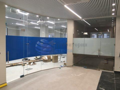 Перегородка офисная с маятниковыми дверьми, стекло 10мм прозрачное с нанесением пленки