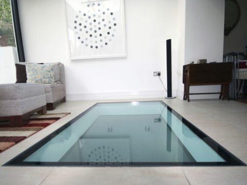 Стеклянный пол в гостиной