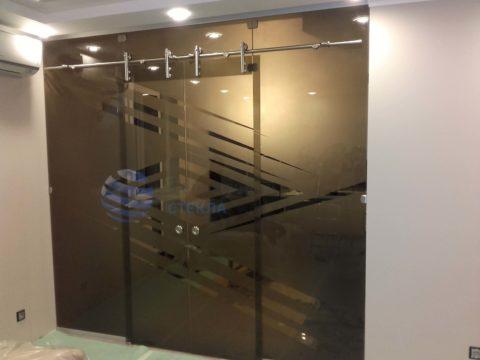 Перегородка с откатными дверьми,стекло 8мм бронза с пескоструйным рисунком, раздвижная система «Вектор»