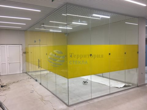 Перегородка офисная, стекло прозрачное 10мм с нанесением пленки.