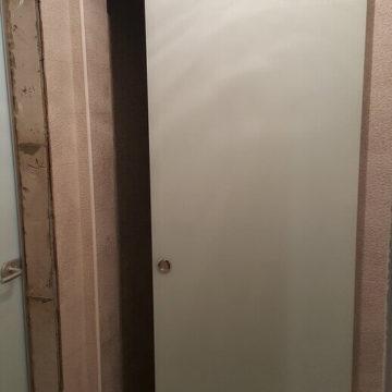 Откатная дверь в санузел в коттедже — стекло 8 мм, триплекс молочный. Раздвижная система «Аура»