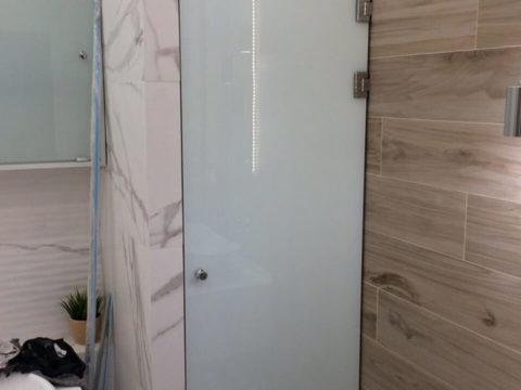 Дверь в санузел — стекло 8 мм, триплекс. Петли — классика, ручка — кноб