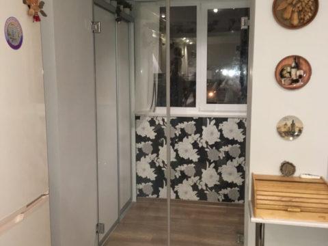 Двери распашные без коробки — стекло 8мм. Фурнитура- классика.