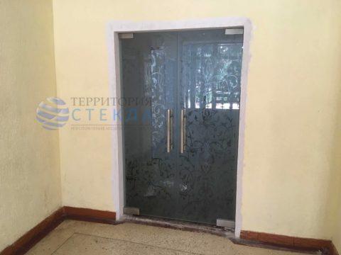Двери маятниковые с пескоструйным рисунком