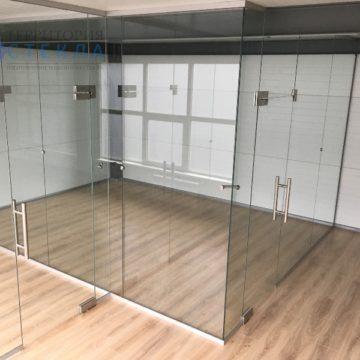 Офисная перегородка с маятниковыми дверями из прозрачного стекла
