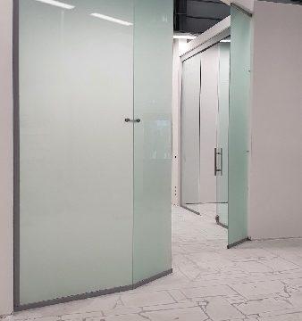 Неподвижная офисная перегородка из матового стекла