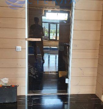 Дверь в алюминиевой коробке в сауну из стекла бронза
