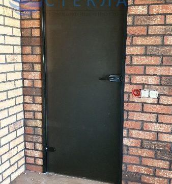 Дверь в черной алюминиевой коробке из стекла бронза матовое