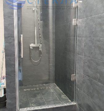 Дверь в душ из прозрачного стекла на трёх петлях