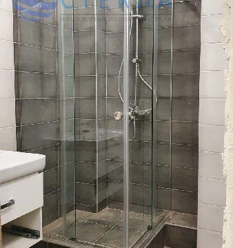 Душевая угловая с двумя раздвижными дверьми из прозрачного стекла